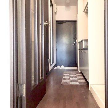 居室までの道。(※写真は1階の反転間取り別部屋、モデルルームのものです)