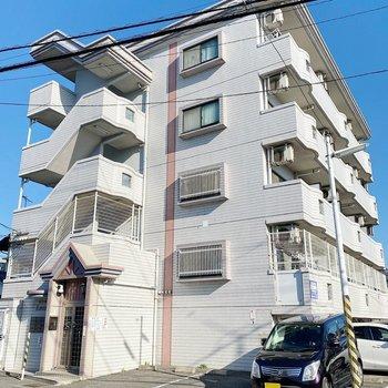 お部屋は4階建ての2階です。