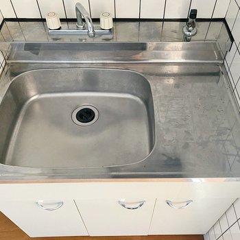 シンクに水切りラックを掛けると洗い物が楽になりそうです。