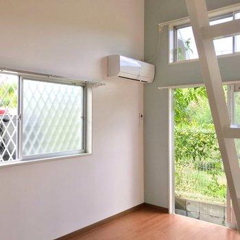 角部屋なので二面採光。日中は横の窓から光が入りますよ。