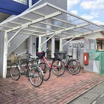 建物の前には駐輪場もありますよ。