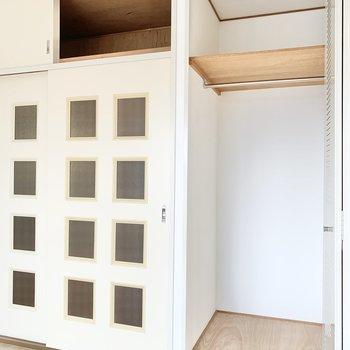 【洋室約6帖】引き戸の上も収納になっています。