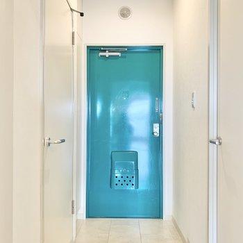 緑色の個性的な玄関。