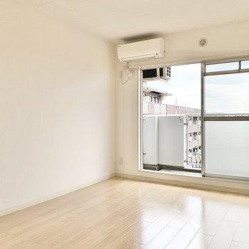 【洋室約6帖】こちらのお部屋にもエアコンが付いています。