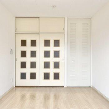 【洋室約6帖】格子のドアが目を引きます。