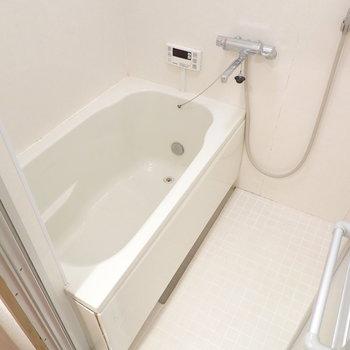 浴槽や水栓は新しめ。家族に嬉しい追い焚き付き◎