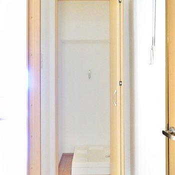 洗濯機置場は廊下の奥の扉の中に!