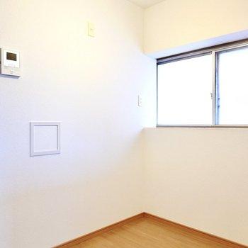 後ろのスペースもこんなに広い。大きな窓で料理の匂いもスッと換気!