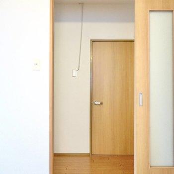 脱衣所はキッチン横のドアから廊下に出て右に。