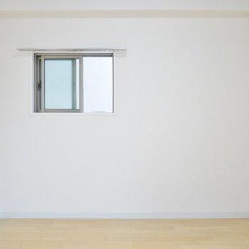 小窓があるって嬉しい♩(※写真は3階の同間取り別部屋のものです)
