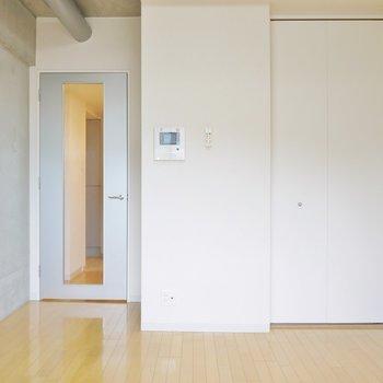 片面の壁がコンクリートのお部屋です(※写真は3階の同間取り別部屋のものです)