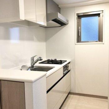 【LDK】奥に冷蔵庫を置けるスペースがありますよ。※写真は2階の同間取り別部屋のものです