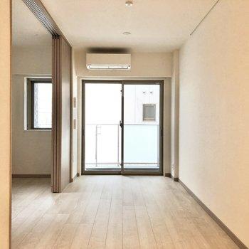 【LDK】洋室は扉で仕切ることができます。※写真は2階の同間取り別部屋のものです