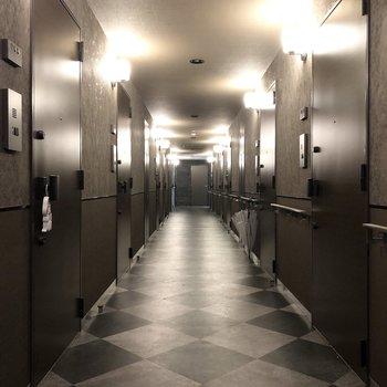 共用廊下がシックでかっこいい。