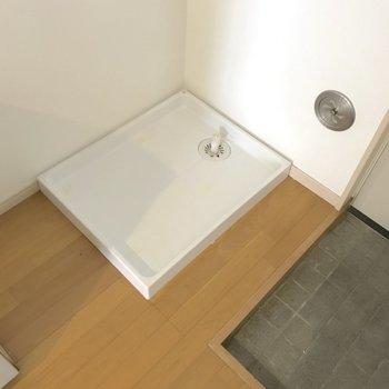 洗濯機は玄関の横です。