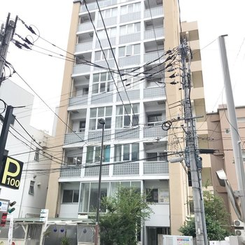 大正通りから1本入ったマンション。裏側に飲食店などのテナントが多く入っています。
