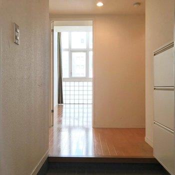 玄関入って正面に居室。(※写真は清掃前のものです)