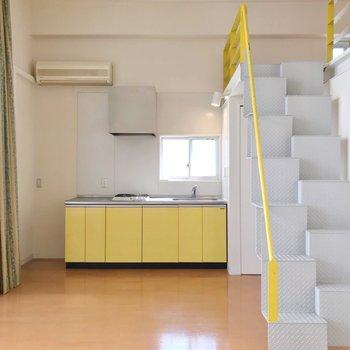 キッチンもイエローで統一感があります。(※写真は清掃前のものです)