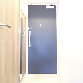 姿見でお出かけ前のチェック!※写真は6階別部屋・同間取りのお部屋です。