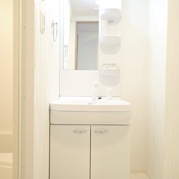 洗面台のとなりに細い収納を置けそう!※写真は6階別部屋・同間取りのお部屋です。