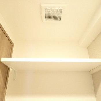 上にはペーパー置き場つき!※写真は6階別部屋・同間取りのお部屋です。