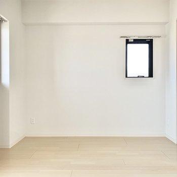 洋室は2.4帖とコンパクト。シングルベッドを置けるくらいかな〜