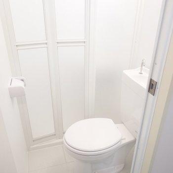 まずはトイレ。奥にも扉がありますね。