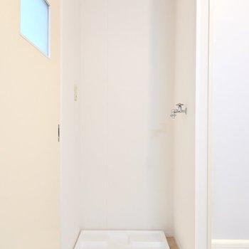 洗濯機置き場はドアの隣に。