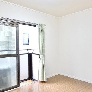 洋室は6帖とコンパクトですが、ベッドにテーブル、テレビはしっかり収まります。