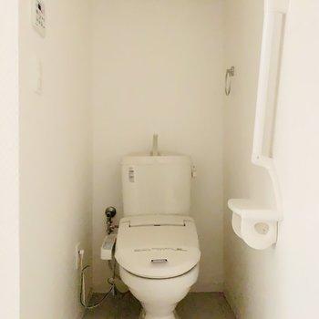 脱衣スペースにトイレ。上部には収納もあります。(※写真は7階の同間取り別部屋のものです)