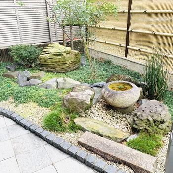 エントランス外には日本庭園を感じさせる小さなお庭が。