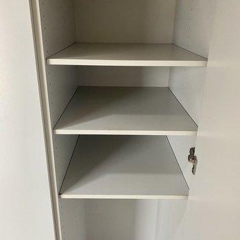 廊下にも収納棚がありますよ!