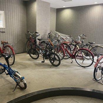 駐輪場は建物内に。