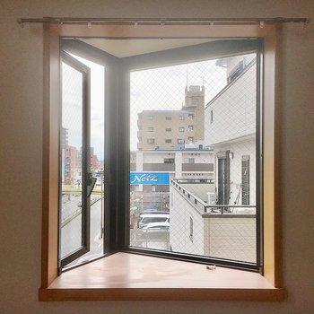 出窓は換気用に。小物を飾ってインテリアを楽しむのもいいですね。