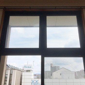 窓が2段になっていて空が見えます。