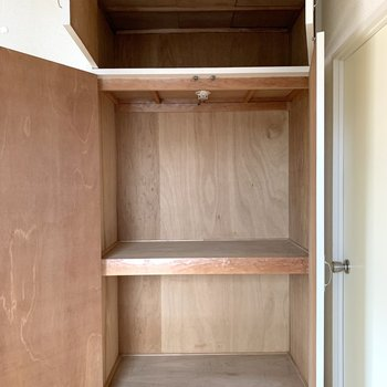 【洋室約5帖】ボックスを活用すれば、出し入れがしやすくなりますよ。