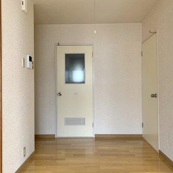 【K】正面は洗面室への扉。一部ガラスになっているので、中に人がいるかがわかりますね。