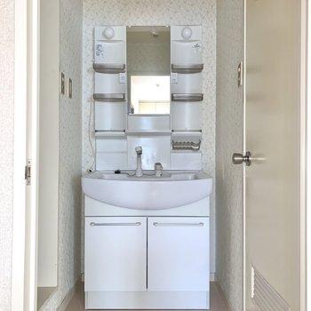 収納ポケット付き洗面台は、朝の身支度がスムーズに。※写真はフラッシュを使用しています