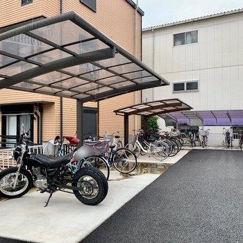 バイク置き場と駐輪場が。お出かけの幅が広がります!