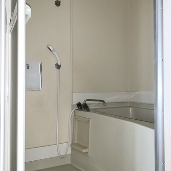 洗顔するときに便利な鏡付きです。※写真はフラッシュを使用しています