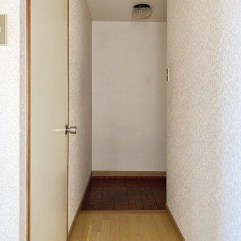 玄関前はちょっと狭め。※写真はフラッシュを使用しています