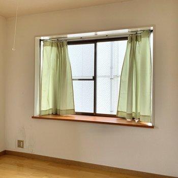【洋室約4.5帖】出窓に観葉植物を並べたら素敵。