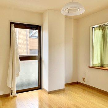 【洋室約4.5帖】テレビを置くなら右の窪んだ壁側かな。