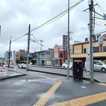 2番口側には飲食店が。大通りに面しています。