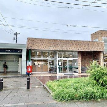 駅は1番口側が近いです。そばにはスーパーがありますよ。
