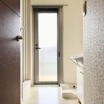 脱衣所はすりガラスの扉があって明るい空間に。あの扉を開けると…(※写真は3階の反転間取り別部屋のものです)