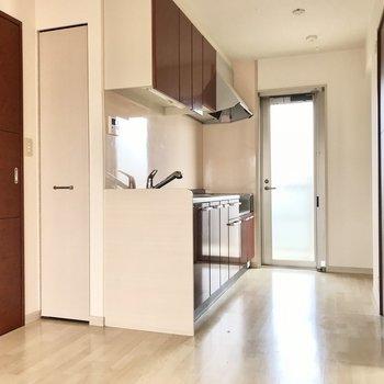 キッチンと、そのまわりの扉の色はボルドー。主張しすぎないお洒落な差し色に(※写真は3階の反転間取り別部屋のものです)