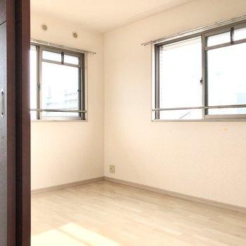 続いてキッチン側の洋室。こちらも2面採光。横の窓から光が差し込みますよ!(※写真は3階の反転間取り別部屋のものです)