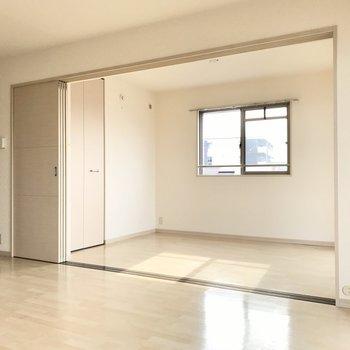 まずは手前の洋室から!この扉を閉めればプライベート空間に早変わり(※写真は3階の反転間取り別部屋のものです)