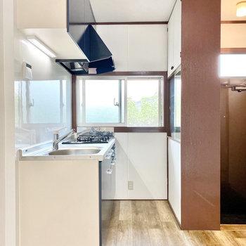 【LDK】キッチン横には小窓が。